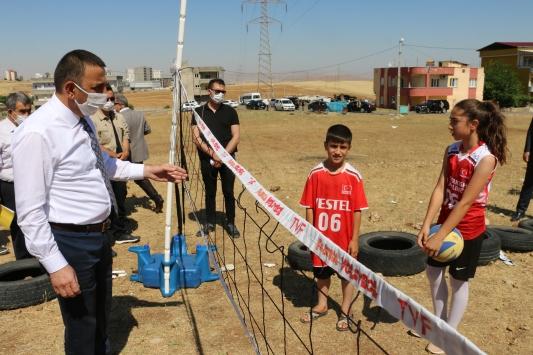 Siirt Valisi Hacıbektaşoğlu, lastik sahayla gündeme gelen çocuklarla voleybol oynadı