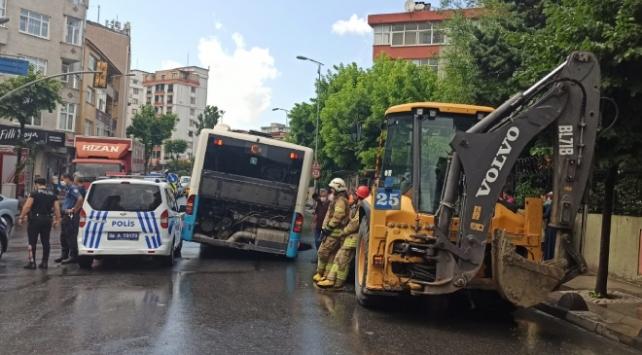 İstanbulda yol çöktü, otobüsün lastiği çukura düştü