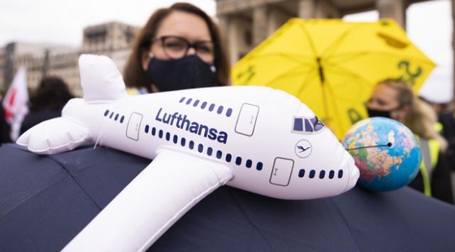 Lufthansa çalışanları kritik toplantı öncesi sokaklara indi