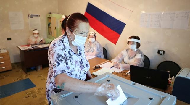 Putine yeniden başkanlık yolunu açacak düzenleme için halk sandık başında