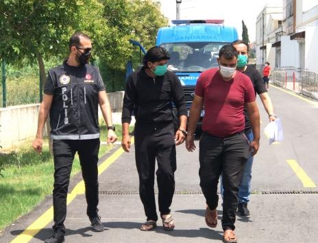 Adanada midibüsün klimasında uyuşturucu gizleyen 2 şüpheli tutuklandı