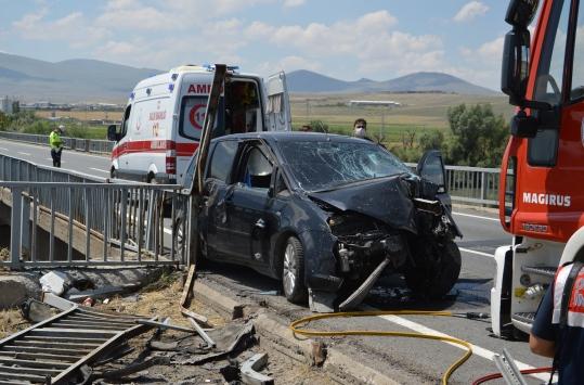 Kayseride otomobil bariyerlere çarptı: 1 ölü, 4 yaralı