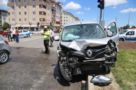 Sivasta hafif ticari araçla otomobil çarpıştı: 2 yaralı