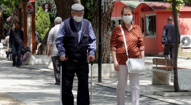 Uzmanlardan yaşlılara uyarı: Tokalaşma ve kucaklaşma yapılmamalı