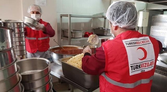 Depremzedelere Türk Kızılay tarafından yiyecek ve içecek ikramı