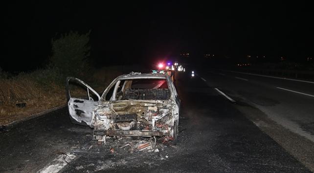 Adanada otoyolda yanan araç kül oldu