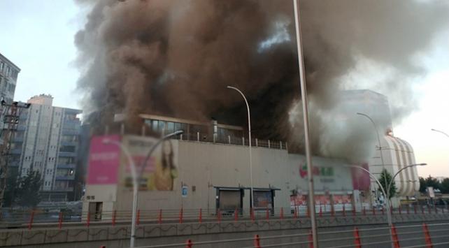 Batmanda alışveriş merkezinde yangın