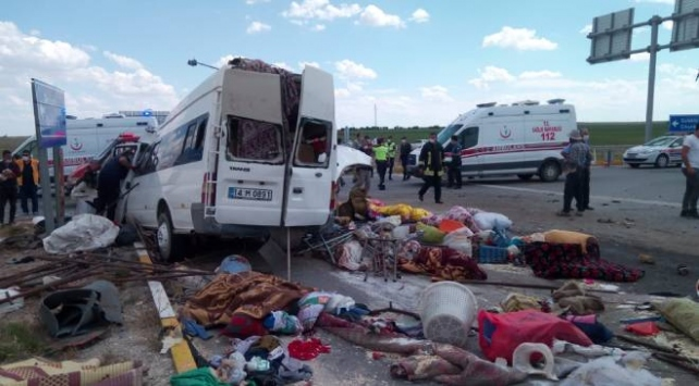 Konyada minibüs ile tır çarpıştı: 6 ölü