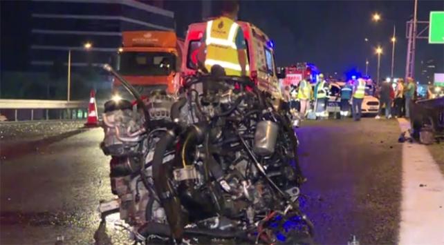 İstanbulda taksi ile otomobil çarpıştı: 1 ölü, 2 yaralı