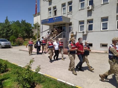Diyarbakırda kamu görevlisi olduklarını belirterek dolandırıcılık yapan 7 kişi tutuklandı