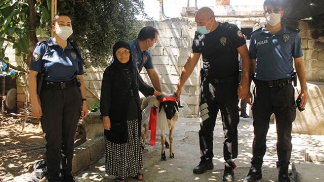 Reyhanlı polisinden Rahme teyzeye kurban sürprizi