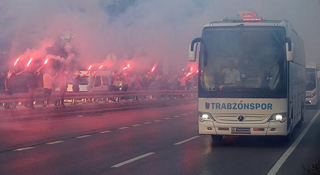 Trabzonsporu stada taraftarları meşalelerle uğurladı