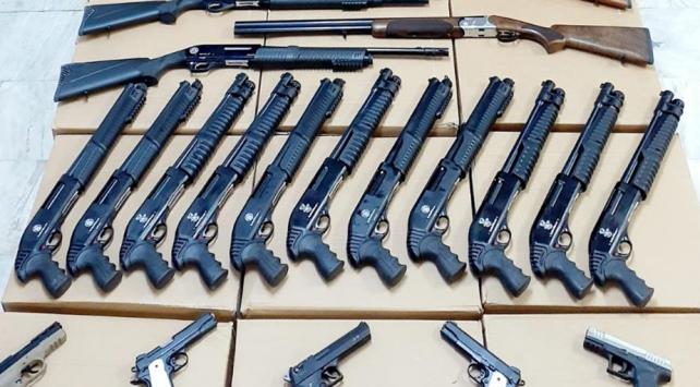İş yerinden cephanelik çıktı, 28 silah ve 2 bin 25 fişek ele geçirildi