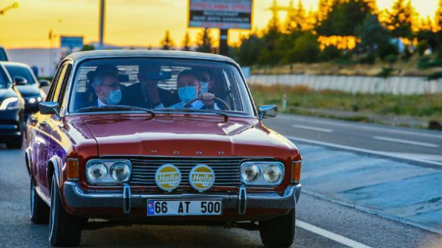 Cumhurbaşkanı Yardımcısı Oktay klasik otomobil kullandı