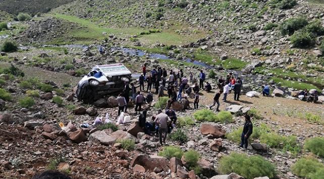 Erzurumda kamyonet şarampole uçtu: 17 yaralı