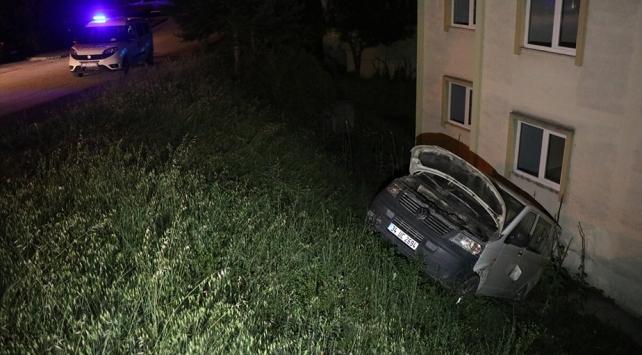 Park halindeyken hareket eden kamyonet binaya çarptı