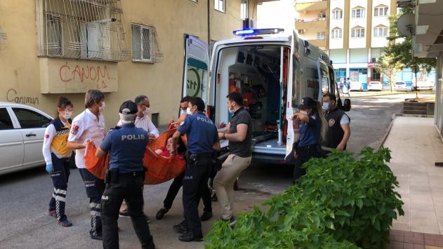 Kahramanmaraşta evinin penceresinden sandalye atan kadını polis sakinleştirdi