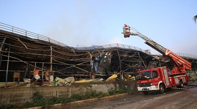 Adanadaki fabrika yangınında soğutma çalışmaları sürüyor
