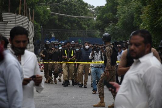 Pakistanda menkul kıymetler borsasına silahlı ve el bombalı saldırı