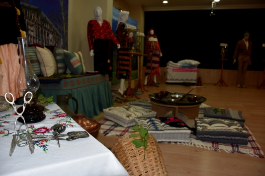 Trabzon yöresine ait kıyafetler sanal sergide beğeniye sunuldu