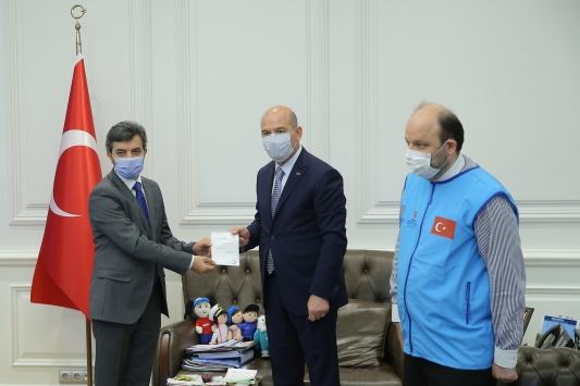 İçişleri Bakanı Süleyman Soylu, yardım kuruluşlarının İdlibde inşa edilen briket ev kampanyasına bağışta bulundu
