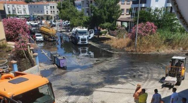 Çeşmede arıtma tesisinin borusu patladı, yollar göle döndü