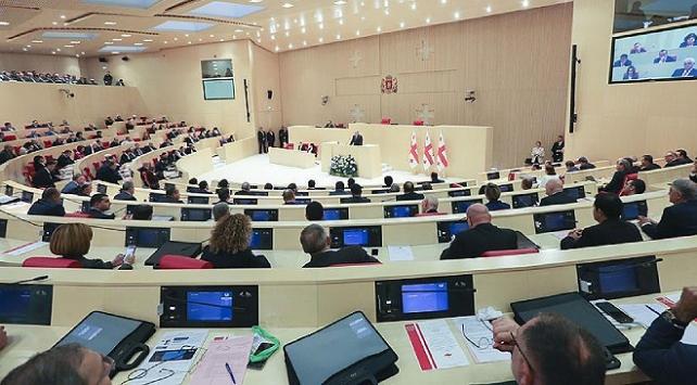 Gürcistanda seçim sisteminde değişiklik parlamentoda kabul edildi