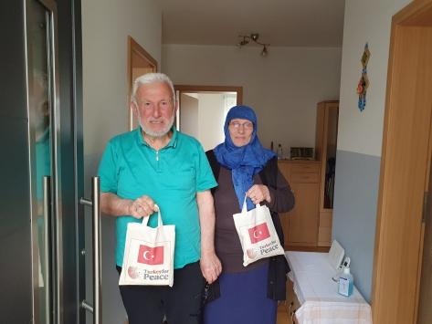 Almanyada YTB desteğiyle 60 yaş üzerine hijyen paketi dağıtıldı