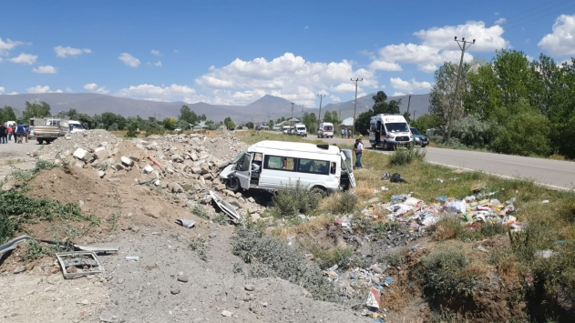 Vanda yolcu minibüsü şarampole devrildi: 14 yaralı