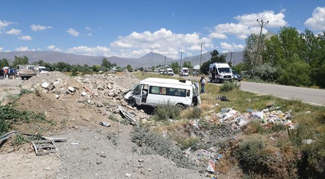 Vanda minibüs şarampole devrildi: 14 yaralı