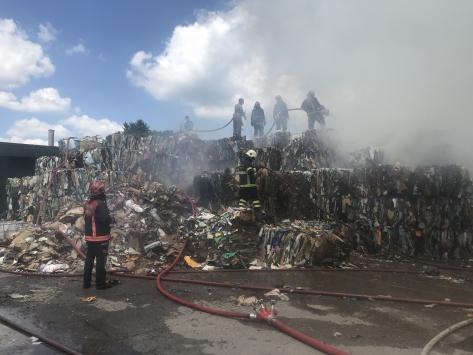 Sakaryada çatı malzemeleri üretilen fabrikanın deposunda çıkan yangın söndürüldü