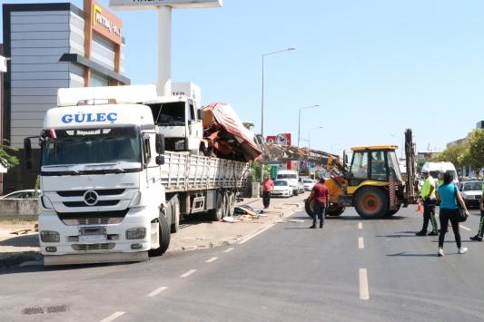 İzmirde dorsesinde kamyon bulunan tır üst geçide sıkıştı