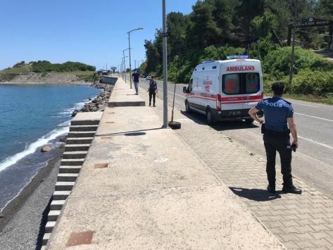 Karadenizde boğulma tehlikesi geçiren çocuğu çevredekiler kurtardı