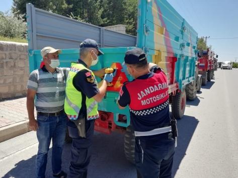 Jandarma traktör kazalarını önlemek için 500 reflektör dağıttı