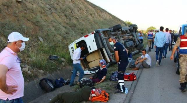 Tokatta yolcu minibüsü devrildi: 16 yaralı