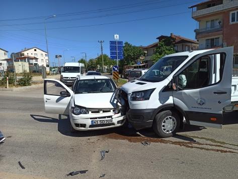 Kocaelide kamyonetle otomobil çarpıştı: 4 yaralı