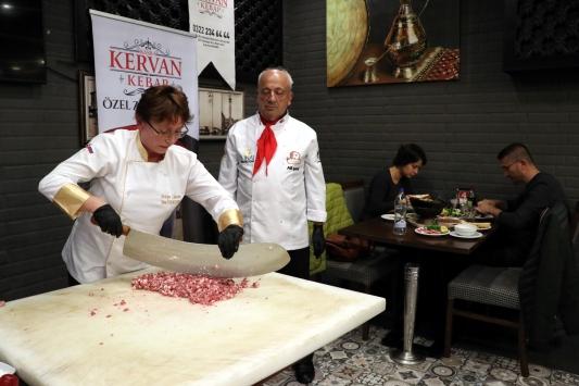 Rus yazar Adana kebabının tescilli lezzetini ülkesine taşıyacak