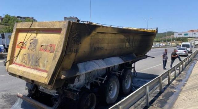 Çekmeköyde hafriyat kamyonu yandı