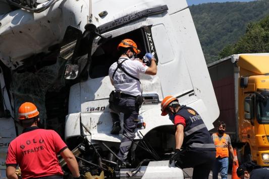 Kaza yapan tırda sıkışan sürücüyü itfaiye ekipleri kurtardı