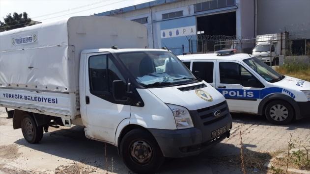 Adanada yardım kolisi taşıyan kamyonet çalındı
