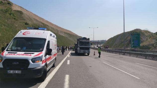 Kocaelide işçi servisiyle kamyon çarpıştı: 13 yaralı