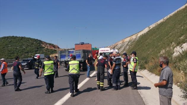 Kocaelinde işçi servisiyle kamyon çarpıştı: 13 yaralı