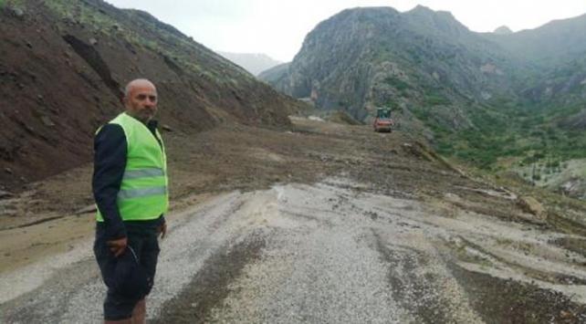 Köy yoluna asfalt döken ekipler heyelandan son anda kurtuldu