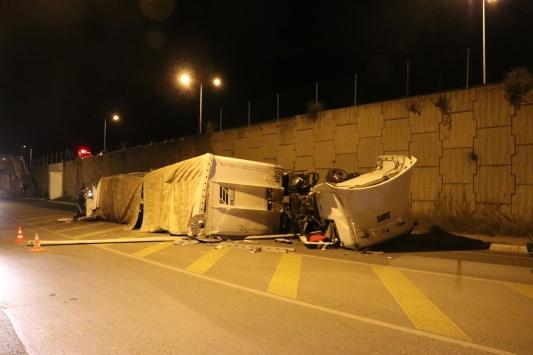 İzmirde bariyere çarpan tır alt yola düştü: 1 yaralı