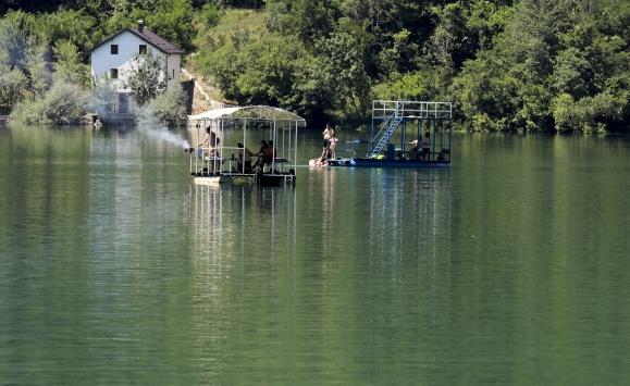 Bosna Hersekteki Jablanica Gölü yaz günlerinin ilgi odağı oldu