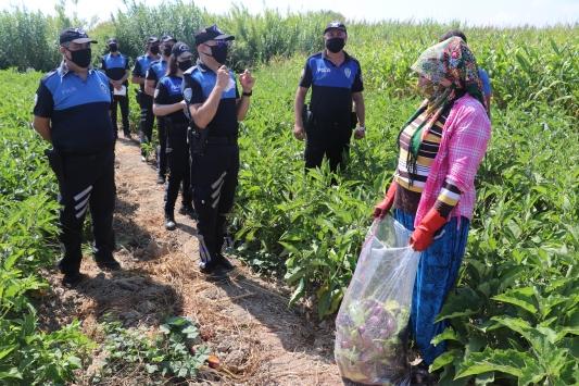 Adanada polis tarım işçilerine maske dağıttı