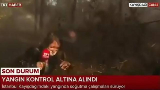 Yangın söndürme çalışmalarında ıslanan TRT Haber ekibi dünya basınında