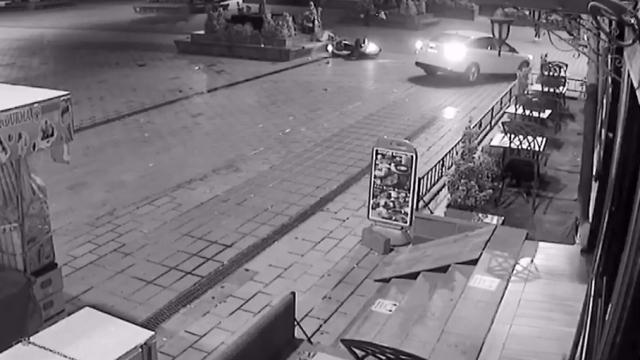 Kazada havaya fırlayan motosikletli bankın üzerine düştü