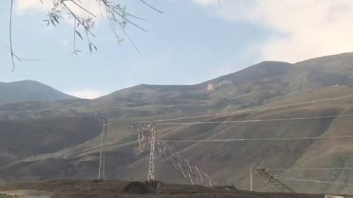 Erzincan'da dere taştı, elektrik direkleri yıkıldı