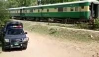 Pakistan'da tren otobüse çarptı: 19 ölü, 8 yaralı